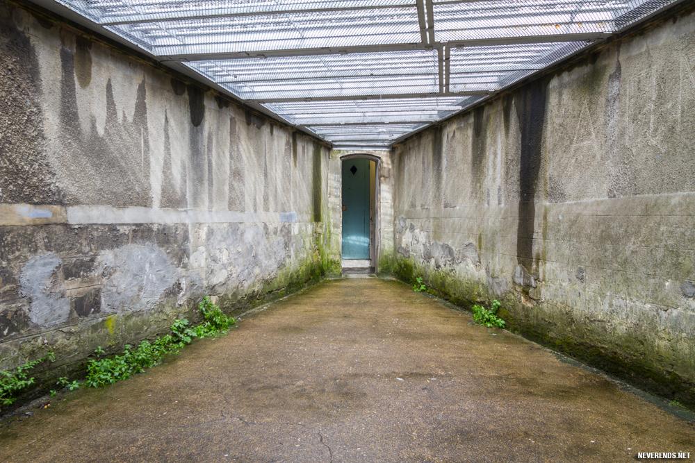 Cour dans l'aile d'isolement
